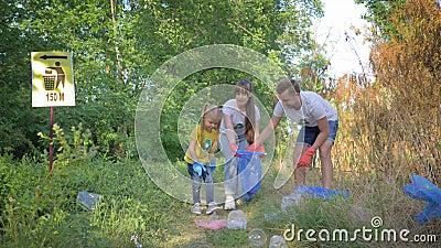 Экологичность природы заботы, молодая семья активиста с девушкой ребенк собирает отброс в мешке для мусора пока очищающ природу о акции видеоматериалы