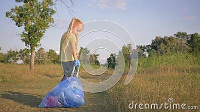 Экологичность природы заботы, прекрасная девушка ребенк вытягивает большую сумку отброса с поганью на дороге согласно знаку указа видеоматериал