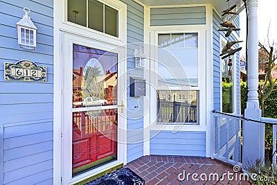 Свет голубое крылечко входа дома с