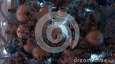 Элегантная рождественская елка, много игрушек и мигающая гарландия, падающие снизу вверх акции видеоматериалы