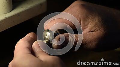 ювелир шлифует золотое кольцо видеоматериал