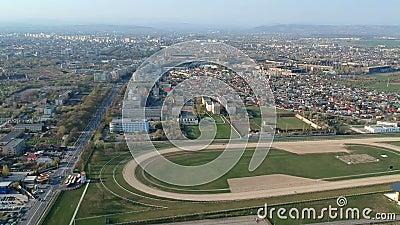 Южная сторона города Плоешти, Румынии около следа лошади, воздушного отснятого видеоматериала акции видеоматериалы