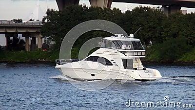 Яхта на городских пейзажах США Марины Майами Bayside акции видеоматериалы