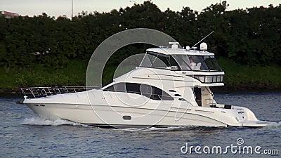 Яхта на городских пейзажах США Марины Майами Bayside видеоматериал