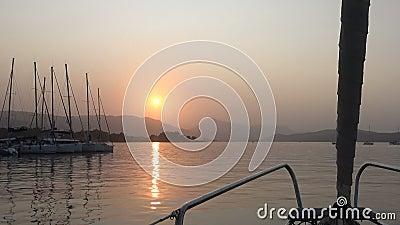 Яхты в Марине во время захода солнца акции видеоматериалы