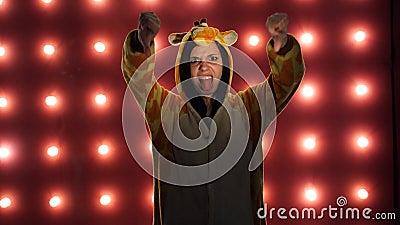 Я не люблю он Женский делать невзлюбит подобие с большими пальцами руки вверх на красной предпосылке Женщина в пижамах ярких дете видеоматериал