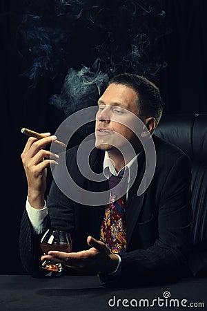 背景雪茄科涅克白兰地墨镜人图片