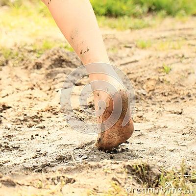 一个小女孩的赤脚泥的