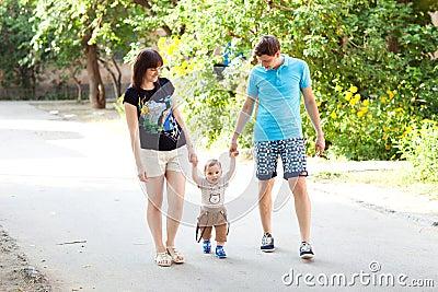 有妈妈和爸爸走的孩子
