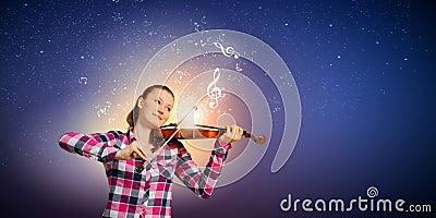 偶然使用的小提琴的年轻俏丽的女孩.图片