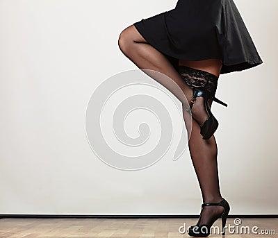 在舞蹈的性感的女性腿