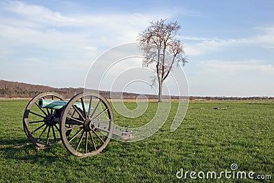 哑笼嘴的年龄背景战场黄铜大炮坐春天结构树战争