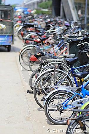 北京在自行车停车场旁边的地铁站