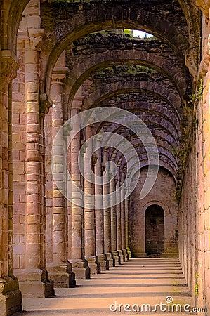 一个古老修道院的内部图象