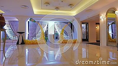 一个大厅的设计黄色气球的 束色的气球装饰 黄色背景 影视素材