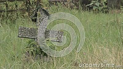 一个小十字架在老公墓HD 股票录像