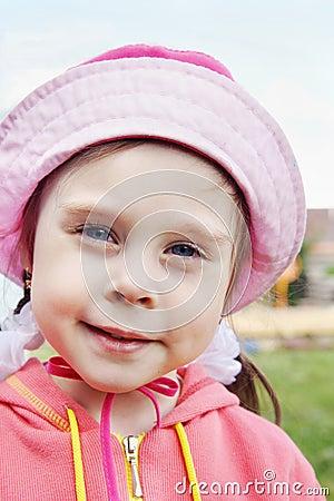 一个美丽的小女孩的画象戴帽子图片