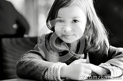 一个美丽的小女孩的bw画象图片
