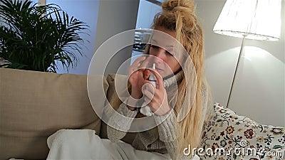 一名妇女以使用大声鼻孔喷射和喷嚏的热病 影视素材