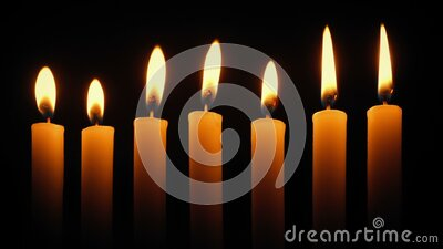 一排蜡烛在黑暗中燃烧 股票视频