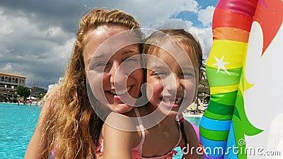 一点没有乳齿和她的妈妈游泳的愉快的女孩在水池 股票视频