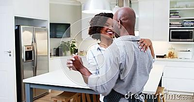 一起跳舞在厨房4k里的夫妇 影视素材