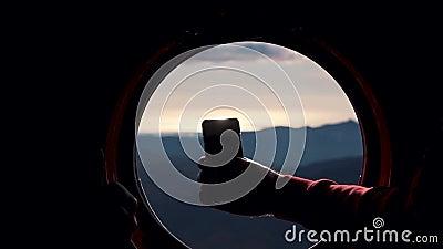 一部电话在山里的直升机窗口中拍摄 影视素材