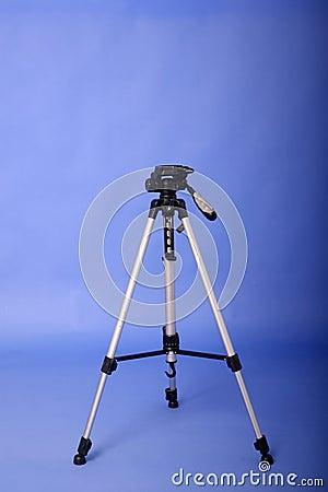 照相机三脚架有蓝色背景.