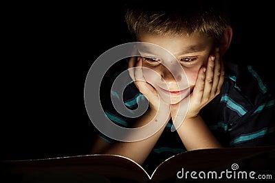 上床时间男孩读取故事