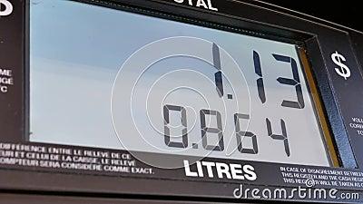 上涨的汽油价格大屏幕在泵浦屏幕上的 股票视频