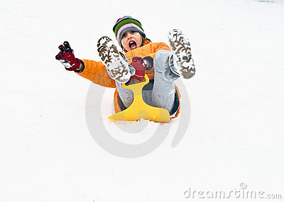 下来乐趣女孩有小山sledging多雪