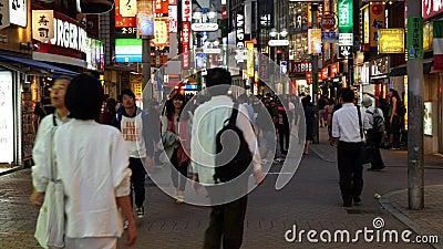 下来平底锅繁忙的涩谷购物区白天-东京日本