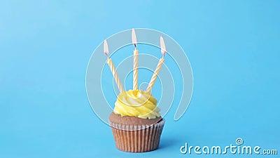 与三个灼烧的蜡烛的生日杯形蛋糕 影视素材