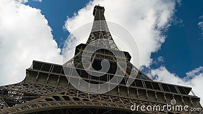 与下来云彩的埃菲尔铁塔天空蔚蓝对顶视图hyperlapse 股票视频