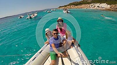 与两个小女孩的年轻愉快的家庭一条大小船的在sammer假期时在意大利 影视素材