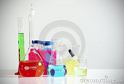 与五颜六色的化学制品的实验室玻璃器皿