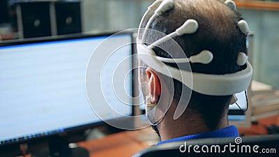 与从EEG耳机传播的信息的显示器投入了一个人 影视素材