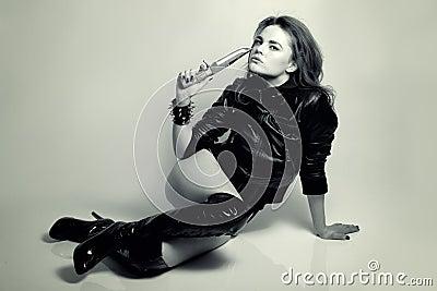 与刀子的性感的美丽的妇女掠食性动物