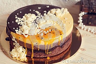 与巧克力釉,奶油色花和芒果的romaantic蛋糕图片