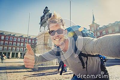 与手机的学生背包徒步旅行者旅游采取的selfie照片户外