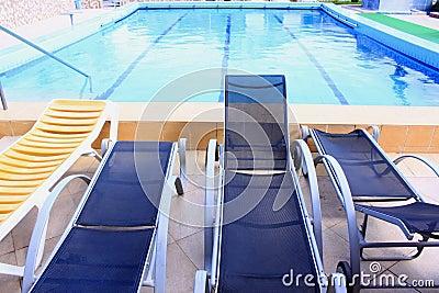 水池和sunbeds