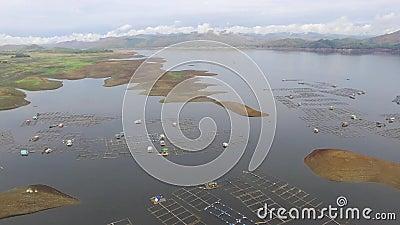 与氢结合的电水坝水库形成多山水色养鱼的巨大的湖兴旺的山脉 影视素材
