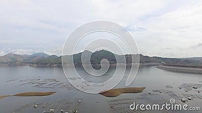 与氢结合的电水坝水库形成多山水色养鱼的巨大的湖兴旺的山脉 股票视频