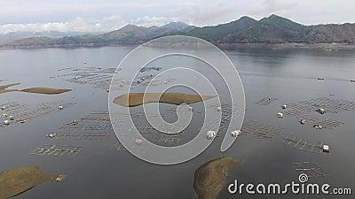 与氢结合的电水坝水库形成多山水色养鱼的巨大的湖兴旺的山脉 股票录像