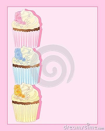 与玫瑰色装饰的杯形蛋糕