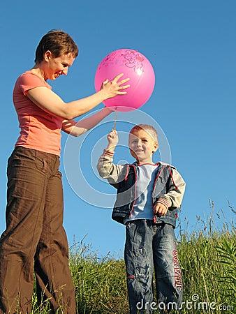 与球的儿童和母亲作用