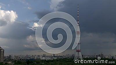 与电视塔和暴风云的都市风景Timelapse 影视素材