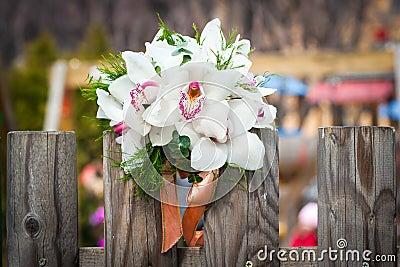 与白色兰花的婚礼花束