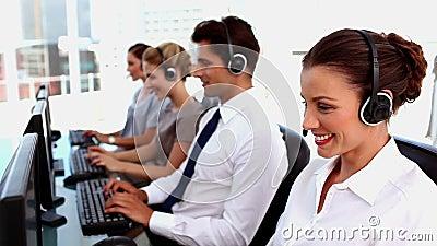 与耳机的微笑的电话中心代理