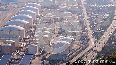 与蒸馏储水池复合体的大制造商在路白天附近 股票视频